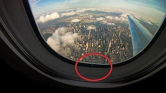 Para que sirve el agujerito en las ventanas de los aviones