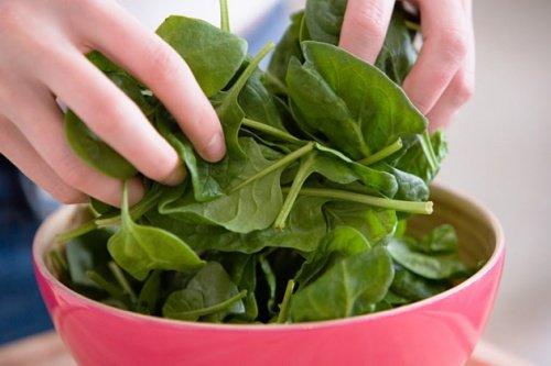 ¿Para que sirven las hojas de espinaca aplicadas de forma tópica?