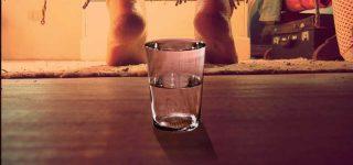 Para qué sirve poner un vaso de agua debajo de la cama