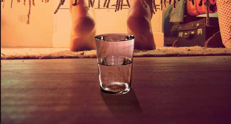 vaso-de-agua-debajo-de-la-cama